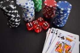 Spelmarker, tärningar och spelkort